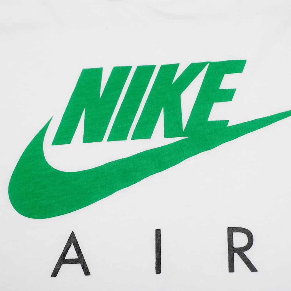 """1963年,俄勒冈大学毕业生比尔鲍尔曼和校友菲尔奈特共同创立了一家名为""""蓝带体育用品公司""""(Blue Ribbon Sports)的公司,主营体育用品。1972年更名为耐克公司,从此开始缔造属于自己的传奇。 耐克商标象征着希腊胜利女神翅膀的羽毛,代表着速度,同时也代表着动感和轻柔。 耐克公司生产经营活动遍布全球六大洲,一直将激励全世界的每一位运动员并为其献上的产品视为光荣的任务。 三十年过去了,公司始终致力于为每一个人创造展现自我的机会。耐克的气垫技术给体育界带来了一场革命。运用这项技术制造出的运动"""