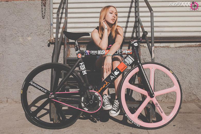 死飞自行车与性感美女的完美融合 优购网时尚商城